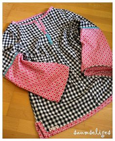 nice piecing--plus rick-rack in placket tunika Fancy Dress Design, Girls Frock Design, Stylish Dress Designs, Designs For Dresses, Pakistani Dresses Casual, Pakistani Dress Design, Baby Girl Party Dresses, Little Girl Dresses, Small Girls Dress