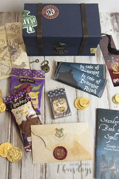 Cosplay Harry Potter It only takes a little bit of magic (and a few tutorials) to decorate and fill your own Harry Potter treasure box! - It only takes a little bit of magic (and a few tutorials) to decorate and fill your own Harry Potter treasure box! Harry Potter Diy, Harry Potter Gift Box, Harry Potter Navidad, Harry Potter Weihnachten, Cadeau Harry Potter, Potter Box, Harry Potter Classroom, Harry Potter Bedroom, Anniversaire Harry Potter