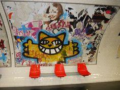 Monsieur Chat dans le métro   Le célèbre artiste de street-art Thomas Vuille, alias M. CHAT, est poursuivi par la RATP pour avoir refusé de payer 1800 euros de dommages et intérêts que lui demande la régie pour avoir peint son chat jaune dans les couloirs