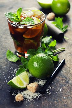 Fresh mojito drink - Ingredients for making mojitos (ice cubes, mint leaves, sugar and lime on rustic background) Diet Recipes, Cooking Recipes, Healthy Recipes, Healthy Drinks, Healthy Cooking, Free Food Images, Mojito Drink, Beverage Drink, Mojito Cocktail