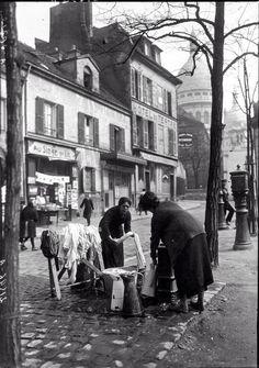 Laundry day, place du tertre montmartre in Paris between 1895 and Vintage Pictures, Old Pictures, Old Photos, Montmartre Paris, Paris France, French History, Paris Photography, Vintage Paris, To Infinity And Beyond