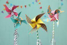 Windräder aus bedrucktem Bastelpapier. Dekoidee für den Zirkusgeburtstag.   Umsetzung und Fotos: Thordis Rüggeberg