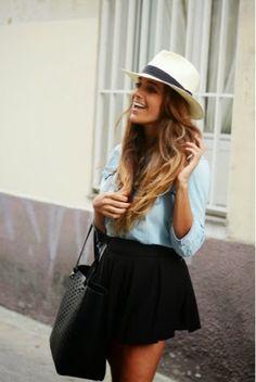 chemise en jean clair - jupe patineuse noir -