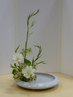l'ikebana est l'art de faire vivre les fleurs, dans l'accomplissement d'une composition avec la recherche d'une harmonie, de lignes, de rythme et de couleurs Arrangement Floral Ikebana, Arrangements Ikebana, Unique Flower Arrangements, Deco Floral, Arte Floral, Flower Show, Flower Art, Cactus Flower, Art Floral Japonais