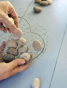 ♥♥Great Tutorial Instructions♥♥Filling wire heart with grey pebbles for the Wire and stone heart DIY home decor craft project Heart Diy, Heart Crafts, Rock Crafts, Fun Crafts, Arts And Crafts, Chicken Wire Art, Chicken Wire Crafts, Cool Art Projects, Diy Garden Projects