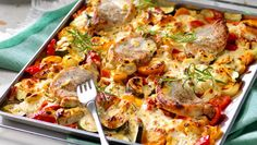 Läcker och praktiskt bjudrätt med fläskkotletter och kryddiga grönsaker där du lagar hela rätten i en långpanna!