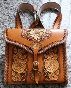 Nice bit of tooling. Leather Tooling Patterns, Leather Bag Pattern, Leather Dye, Leather Craft, Western Purses, Leather Carving, Leather Bags Handmade, Custom Bags, Leather Backpack