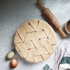 Take your baking to the next level with these seriously impressive pie crust designs. See pictures of our favorite designs here. No Bake Desserts, Just Desserts, Delicious Desserts, Dessert Recipes, Yummy Food, Creative Pie Crust, Pie Crust Recipes, Pie Crusts, Apple Pie Crust