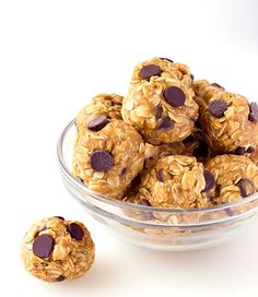 No-Bake Peanut Butter Energy Bites are a quick, simple, make ahead snack for on the go! Energy balls with peanut butter & chocolate chips! No-Bake Peanut Butter Energy Bites are a quick, simple, make ahead snack for on the go! Peanut Butter Energy Bites, No Bake Energy Bites, Peanut Butter Roll, Peanut Butter Oatmeal, Peanut Butter Protein, Energy Balls, Power Balls, Peanut Butter Powerballs, Protein Snacks