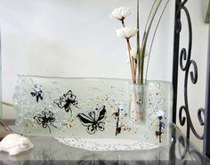 Λιωμένο γυαλί πεταλούδα κυρτή βάζο, ανακυκλωμένο γυαλί, παστέλ λευκό χρώμα.