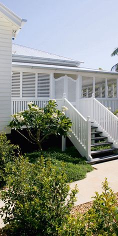 🌟Tante S!fr@ loves this📌🌟Why I love a weatherboard house - the classic shadow line created by weatherboards make these houses so much more receptive to colour than a one dimensional rendered surface, ensuring they are a designer's dream. Queenslander House, Weatherboard House, Exterior Paint, Exterior Colors, Exterior Design, Exterior Stairs, Style At Home, White Hallway, Front Verandah