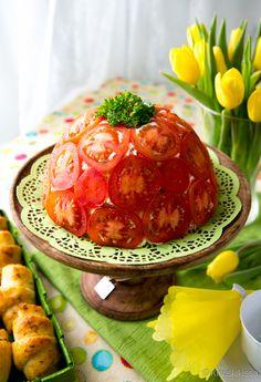 Tomaatinsiivuilla kuorrutettu voileipäkakku on kahvipöydän väriläiskä. Punaisen pinnan alta löytyy meetvurstitäyte ja kokojyväleipää. Charlotta kannattaa valmistaa jo edellisenä päivänä. Näin maut ehtivät tasaantua. Tomaatti-meetvurstivoileipäkakku Pinnalle: 4 luumutomaattia Täyte: 300 g ruohosipulituorejuustoa 200 g ranskankermaa 200 g meetvurstisiivuja 1 ½ punaista paprikaa 2 pientä maustekurkkua Leipäkerrokset: n. 260 g täysjyväpaahtoleipää ¾ dl maitoa Koristelu: persiljaa Vuoraa […]