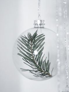 DIY: CHRISTMAS BAUBLES WITH A GREEN TOUCH