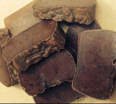 Jabón artesanal de Chocolate Este jabón es un gran amigo contra el envejecimiento de nuestra piel, gracias a las propiedades antioxidante, es recomendado para tratamientos anticelulíticos y aporta elasticidad a la piel.