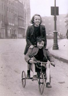 Having fun freewheeling down the hill into Parnell Square, Dublin. Old Pictures, Old Photos, Vintage Photos, Old Fashioned Games, Scotland History, Images Of Ireland, Childhood Games, Irish Culture, Ireland Homes