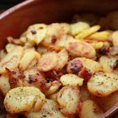 Octoberfest German Style Fried Potatoes with bacon and onion. No need to wait fo. Octoberfest German Style Fried Potatoes with bacon and onion. No need to wait for October to eat this! It& so simple and looks delicious! Potato Dishes, Vegetable Dishes, Food Dishes, Main Dishes, German Side Dishes, Potato Fry, Potato Onion, Potato Skins, German Fried Potatoes