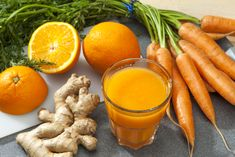 Orange Carrot and Ginger Detox Juice is sweet refreshing healthy fresh and simple. Oranges are full of vitamins C and A. These vitamins give your immune. Healthy Juice Recipes, Healthy Juices, Healthy Drinks, Smoothie Recipes, Smoothie Detox, Eat Healthy, Ginger Detox, Ayurvedic Diet, Carrot And Ginger
