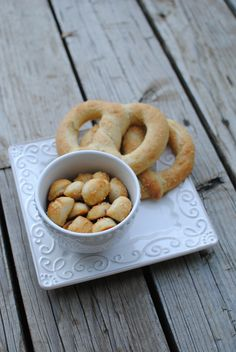 How to make a Soft Pretzel.made these into pretzel bites. Pan of sea salt, cinnamon sugar, and Italian seasoning (these tasted great with pizza sauce) Yummy Snacks, Snack Recipes, Cooking Recipes, Yummy Food, Pretzels Recipe, Pretzel Bites, Pretzel Dough, Soft Pretzels, Specialty Cakes