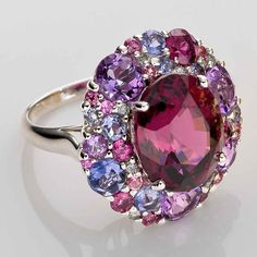 Anillo Rhodolite y piedras de colores Por Isabelle Langlois I Love Jewelry, Bling Jewelry, High Jewelry, Jewelry Accessories, Jewelry Design, International Jewelry, Jewelry Trends, Beautiful Rings, Antique Jewelry