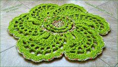 Um tapete em trapilho verde alface, com o centro e borda num fio de malha estampado. Acho este desenho muito interessante, com as pétalas d...