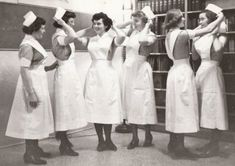 ☞ MD ☆☆☆ Student Nurses Preparing for their Capping Ceremony Celebrating South Street Hospital. Vintage Versace, Vintage Dior, Vintage Vogue, Vintage Glamour, Nurse Pics, Nurse Photos, Nurse Stuff, History Of Nursing, Medical History