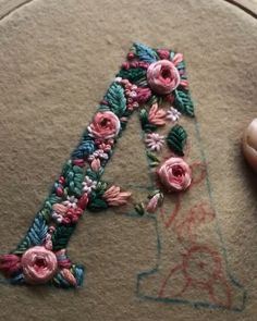 Broderie Stickbuchstaben Tutorial Monogramme 60 Ideen Your Attitudes Are The Clothes Of You Hand Embroidery Stitches, Crewel Embroidery, Embroidery Hoop Art, Hand Embroidery Designs, Embroidery Techniques, Cross Stitch Embroidery, Embroidery Ideas, Knitting Stitches, Knitting Needles