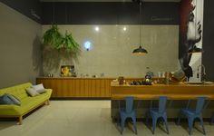 Coleção: Luminosità HD -  A neutralidade do porcelanato cinza pode ser combinada com tons vibrantes na decoração. Cozinha.