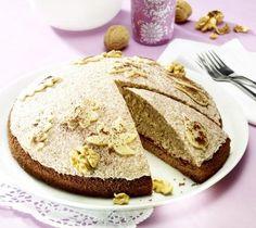 Eine sahnige Torte mit Pflaumenmus und Marzipan