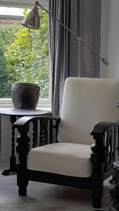 Rookstoel zwart wit grijs White Cottage, Man Cave, Accent Chairs, Interior Decorating, Old Things, New Homes, Home And Garden, Sofa, House Design