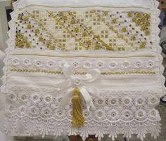 Toalha de Lavabo Bordada em Hardanger com linha de seda pura, bico de Guipir,