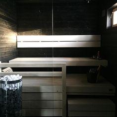 Vaaleat lauteet tuovat modernin tuulahduksen saunan tummille pinnoille. Huomaa myös valkoiset kiuaskivet. Sauna Design, Saunas, Dream Bathrooms, Blinds, Stairs, Curtains, House, Home Decor, Dreams