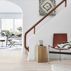 Een lichte houtenvloer in combinatie met lichte muren en knusse accessoires... Wij zijn er weg van. #lichtevloer #lichtinterieur #wonen #woonidee #wooninspiratie #accessoires #scandinavian #woonstijl #watisjouwstijl #dessotarkett Natural Living, Stairs, House Design, Home Decor, Accessories, Natural Life, Stairway, Decoration Home, Staircases
