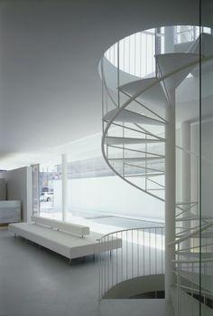 Escalier en colimaçon blanc.