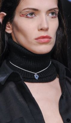 Le collier discret ras de cou d'Anthony Vaccarello