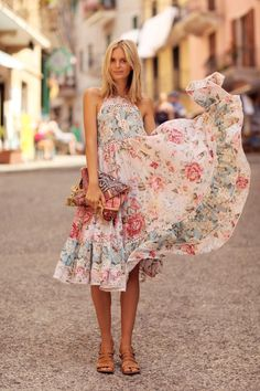 There's nothing more feminine than a flowy floral dress. summer clothes 30 Summer Date-Night Outfit Ideas That Aren't Played Out Pretty Dresses, Beautiful Dresses, Moda Floral, Outfit Zusammenstellen, Bohemian Mode, Bohemian Summer, Look Boho, Boho Fashion, Womens Fashion