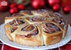 Essa receita nada mais é do que os famosos Cinnamon Rolls que eu fiz em forma de rosca e achei que ficou tão lindo e tão delicioso que merecia ser uma receita natalina! :) Tô me achando a padeira g…