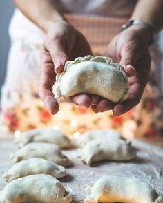 Przepis na najlepsze pierogi z kapustą i grzybami   PrzepisyTradycyjne.pl Small Plates, Dumplings, Starters, Pancakes, Stuffed Mushrooms, Food And Drink, Potatoes, Baking, Dinner