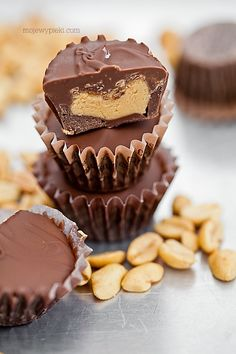 Homemade chocolate Reese's (Praline with nut filling) No Bake Desserts, Dessert Recipes, Vegan Junk Food, Polish Recipes, Diy Cake, Homemade Chocolate, Love Food, Cookie Recipes, Yummy Food