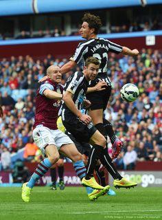 Paul Dummett y Daryl Janmaat en favor del Newcastle United, y el pobre Philippe Senderos del Aston Villa.