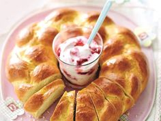 Osterkranz mit Himbeerquark Would you like to bake something at Easter? How about our delicious Easter wreath with fresh raspberry curd 💚 // 4 💙 // 4 💜, 20 servings). Yummy Recipes, Skinny Recipes, Brunch Recipes, Breakfast Recipes, Healthy Recipes, Weight Watchers Desserts, Crepe Recipes, Piece Of Bread, Raspberry