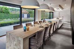 Ook een idee: eettafel direct aan de keuken, in plaats van een bar