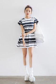 Today's Hot Pick :条纹圆领松紧收腰连衣裙 http://fashionstylep.com/SFSELFAA0029343/stylenandacn/out 配色条纹连衣裙,时尚大方,清新典雅~ 松紧收腰款,具有视觉分割效果,更显身材修长~ 打造清新气质的完美单品,与浅色系鞋美搭, 定会让你成为炎炎盛夏里那一抹清爽的风景~