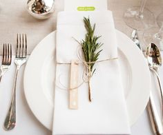 love this simple yet elegant place setting