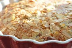 rabarberkage med marcipan og kokosmel. Forrygende kage, sprød og lækker. Nydes med flødeskum