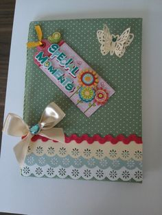 Caderno com capa decorda de Scrapbook.