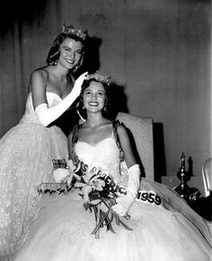 Miss America 1959 Mary Ann Mobley (Mississippi) is crowned by her predecessor Marilyn VanDerbur, Miss America 1958 (Colorado)
