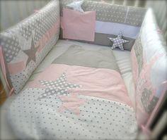 Création confectionnée à la demande. Gigoteuse 0-6 mois 3 bandes, assortie au tour de lit (coton uni gris perle, rose perle à tout petits pois blancs et blanc à étoiles g - 6906931