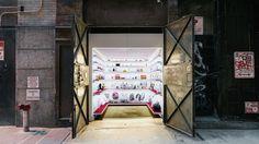 In einem Lastenfahrstuhl in New York steckt ein winziges Museum. An keinem anderen Ort erfährt man mehr über unsere seltsame Gegenwart.