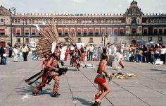 (LA CONTINUACIÓN DEL ZÓCALO) Mi padre le dirá sobre la historia de este lugar, porque mi padre le encanta historia y el gobierno. Le dirá la constitución mexicana se formó aquí. Pero mamá y yo nos gustará la parte artística del Zócalo. Miraremos danzas de aztecas, y espero grabar un vídeo de los trajes divertidos de los bailarines.