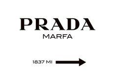 Juliste Prada Marfa -kyltillä.